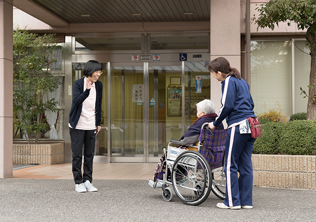 車椅子での介護の様子